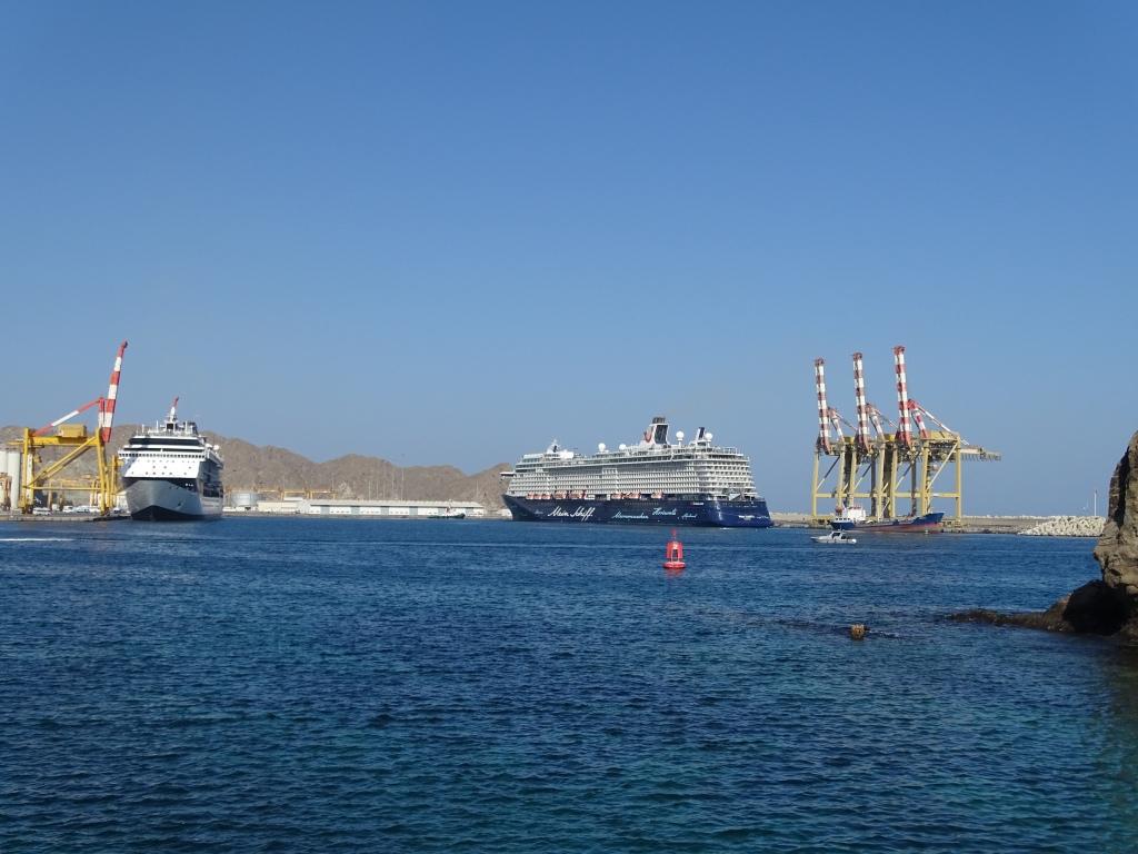 Die Mein Schiff 3 sowie ein Kreuzfahrtschiff der Reederei Celebrity Cruises im Hafen von Maskat